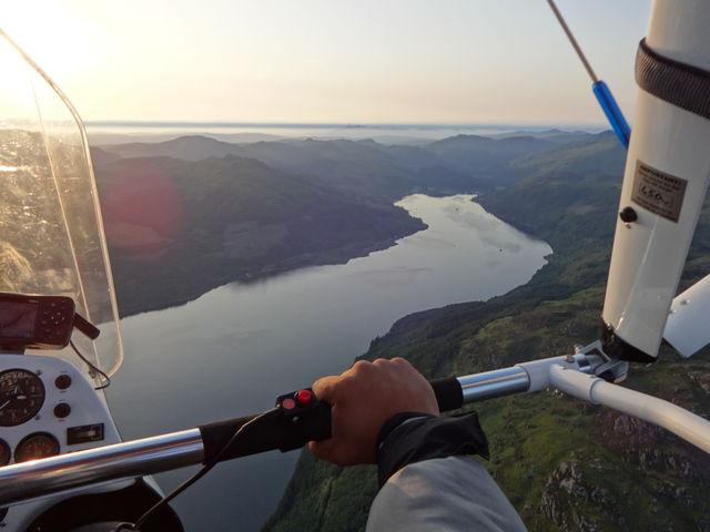 Украинцы рванули в Шотландию на дельтаплане с мотором