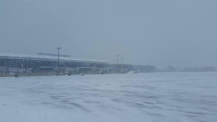 """Из-за непогоды """"Львов"""" переносит и отменяет рейсы"""