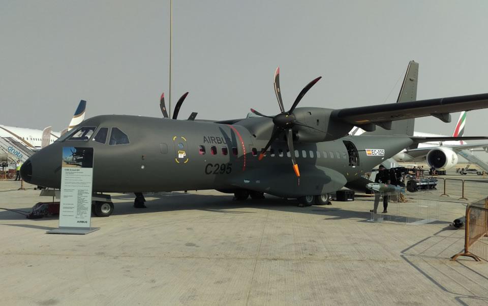 AirbusDefence C295 на выставке. Без пилонов, но вооружение рядом подразумевает JDAM, пушки и ракеты
