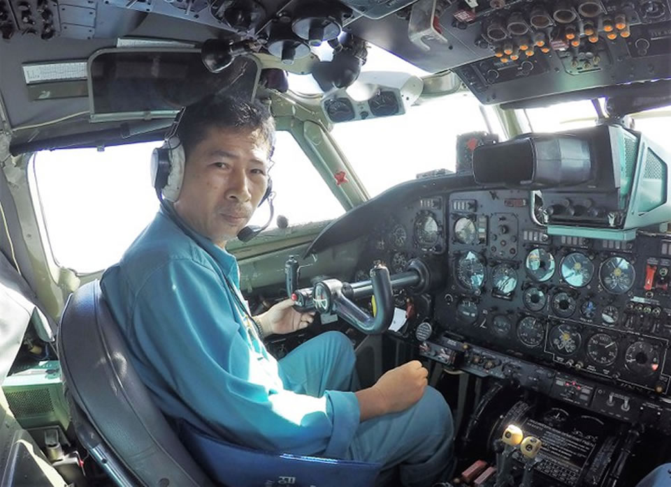 Полковник - капитан Нгуен Куонг управляет самолетом Ан-26, патрулирующим южные воды, апрель 2017 года.