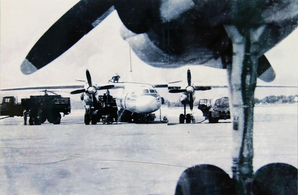 Технический осмотр самолета Ан-26 перед взлетом, 1988 г