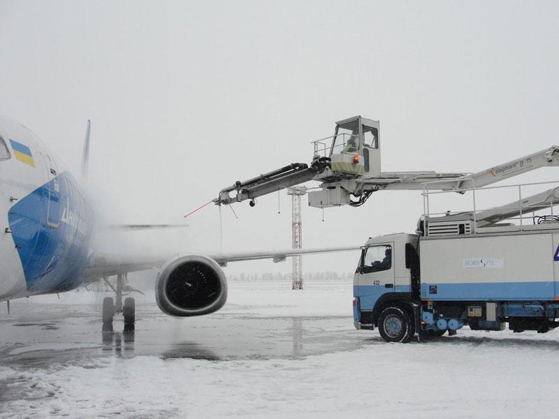 """Аэропорт """"Борисполь"""" применяет высокотехнологичную схему антиобледенительной обработки самолетов"""