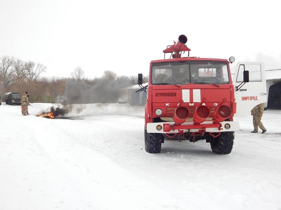 Миргородские авиаторы провели тренировку по ликвидации пожара в автопарке.