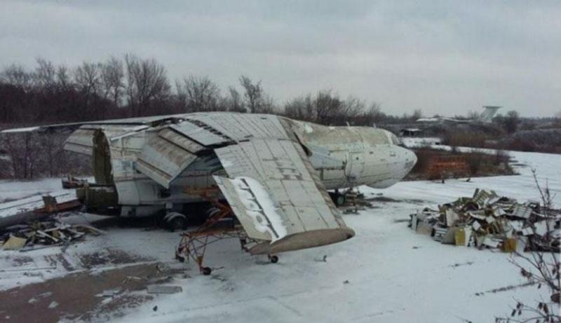 В Кривом Роге распиливают старый военный самолёт