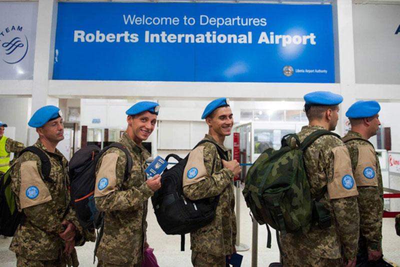 Украинские миротворцы возвращаются из Либерии