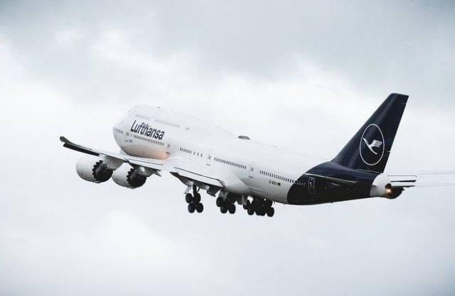 Авиакомпания Lufthansa представила новую ливрею