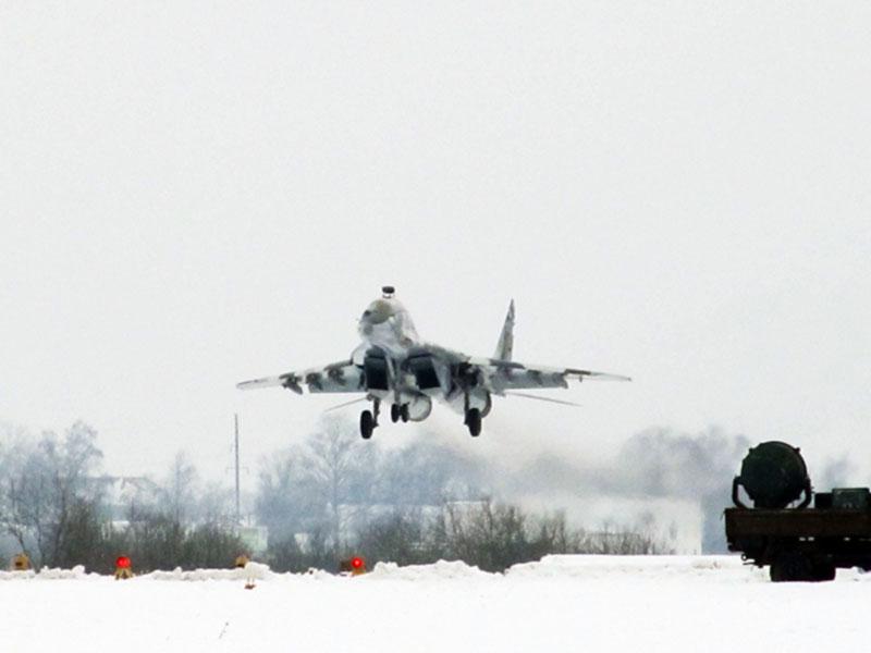 Военные летчики демонстрируют высший класс и в непогоду