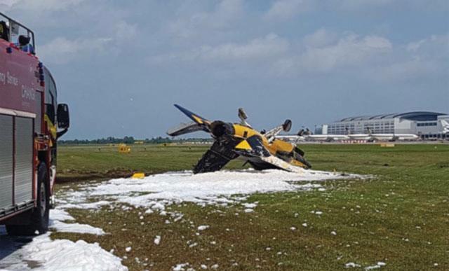 На авиашоу в Сингапуре южнокорейский самолет врезался в заграждение и загорелся