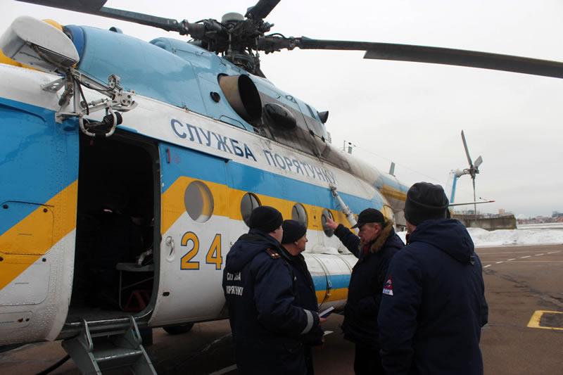 Вертолетчики ГСЧС помогают искать пропавших на Днепре