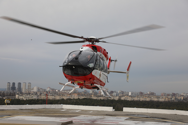 Вертолет ГСЧС Украины транспортировал в столицу тяжелобольного пациента из Харькова