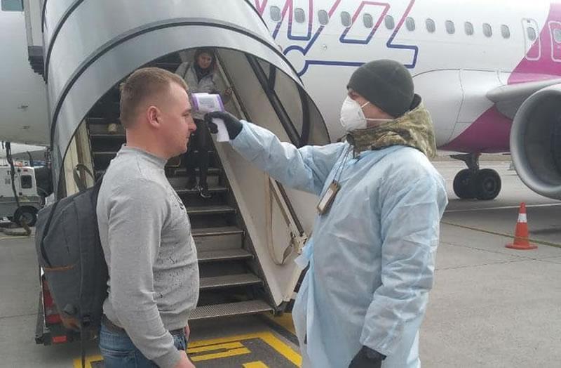 """В аэропорту """"Киев"""" пассажирам меряют температуру"""