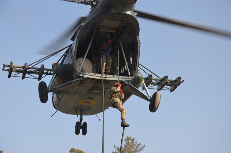 Десантники отработали беспарашютную высадку с вертолета
