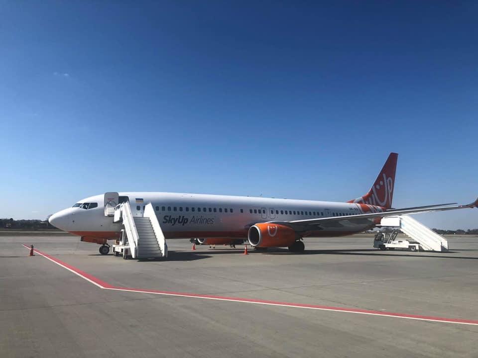 SkyUp привезла 208 украинцев из Праги во Львов