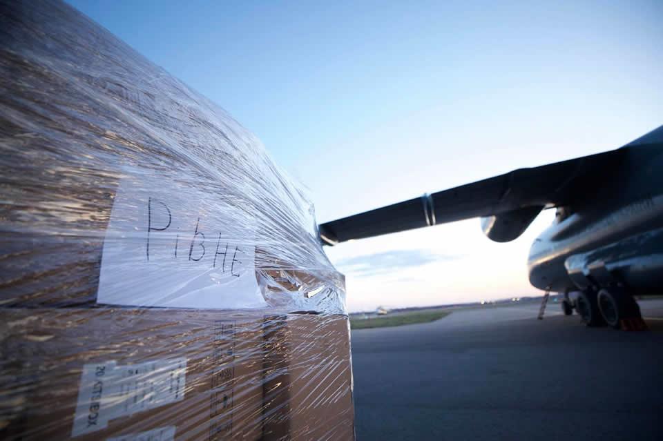Экспресс-тесты и средства защиты для медиков и подразделений МВД развезли самолетами