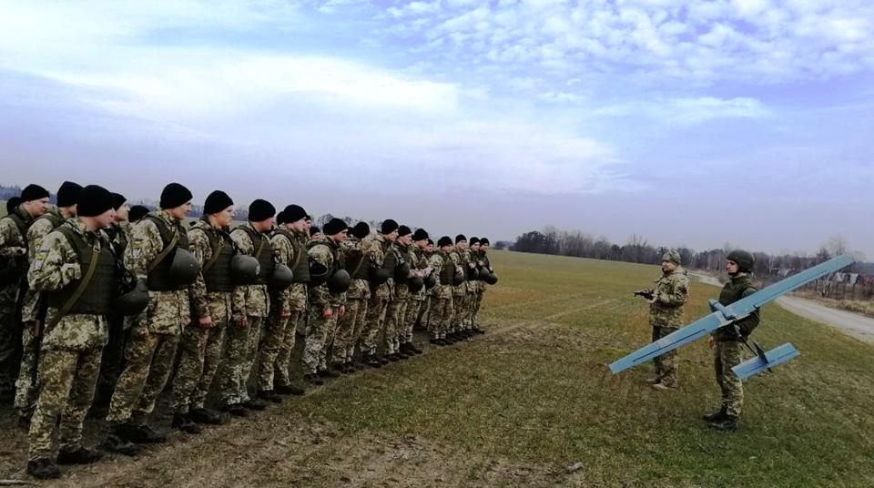 Будущие офицеры-связисты запускают беспилотники