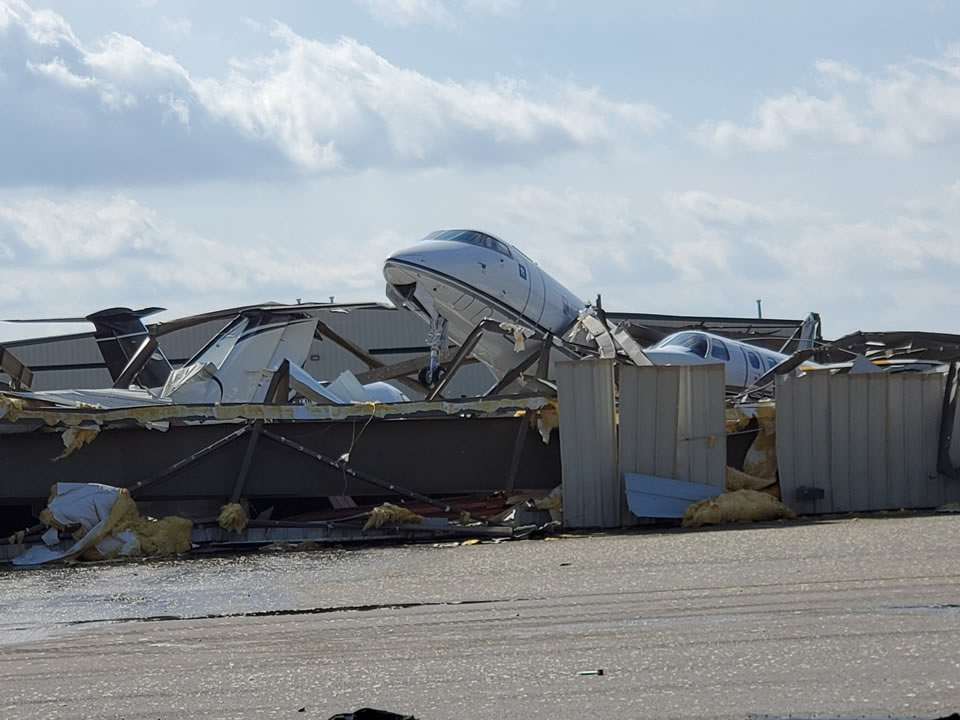 Торнадо разрушил аэропорт в Теннесси