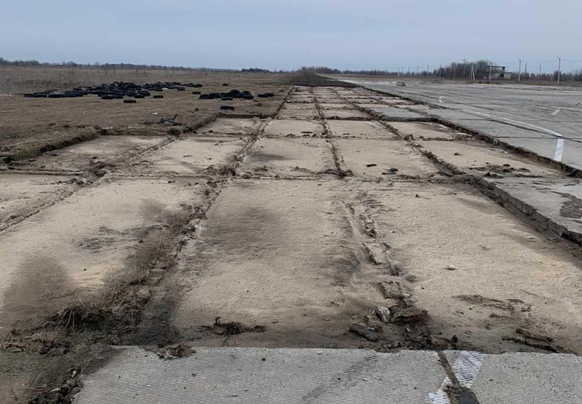 Кто уничтожает аэродром Широкое