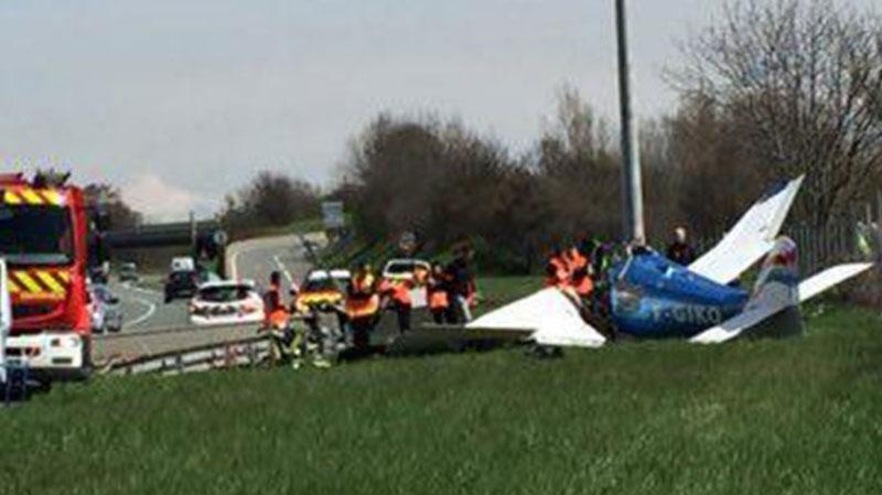 Во Франции самолет упал на автостраду, есть погибшие