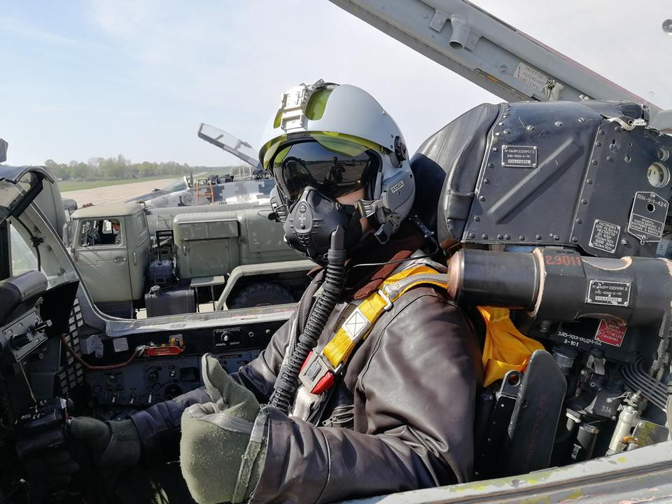 Военные летчики выполнили первые полеты во французском шлеме