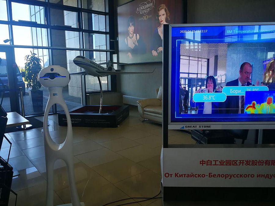 В аэропорту Минска температуру пассажиров измеряет робот