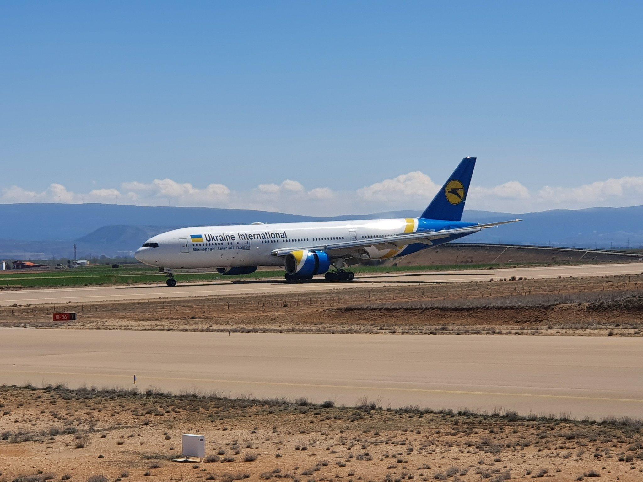 МАУ отправила два Boeing 777 лизингодателю на хранение