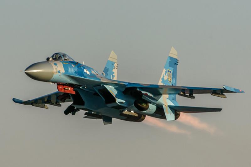 Плановые летные смены на самолетах-истребителях Су-27 в Миргороде (фото)