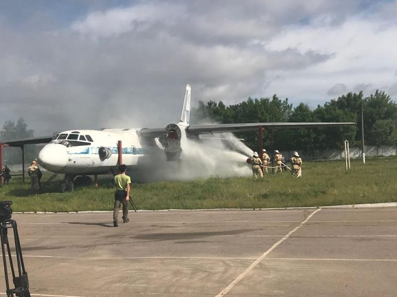 В Харькове будущие спасатели тушили самолет