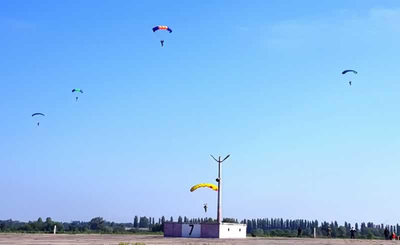 Проводятся учения поисково-спасательных и парашютно-десантных групп