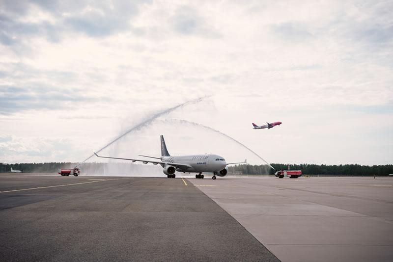 """В аэропорту """"Рига"""" торжественно встречали первый рейс из Кореи"""