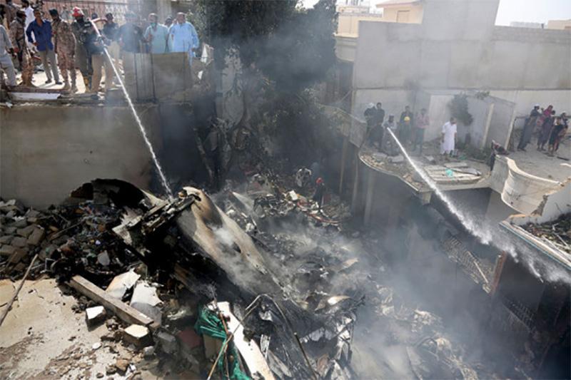 В МИД проверяют наличие украинцев на борту разбившегося в Карачи самолета