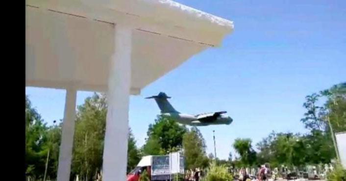 В Мелитополе в память о погибших на минимальной высоте пролетел Ил-76