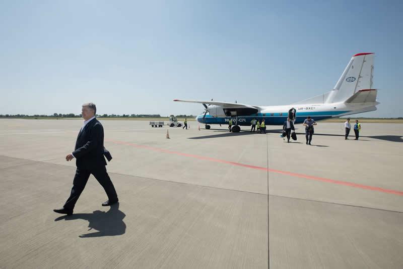 Порошенко летал во Львов на рейсовом Ан-24