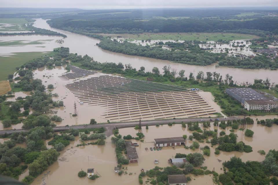 Денис Шмыгаль и Арсен Аваков выполнили воздушный мониторинг самых затопленных районов Западной Украины