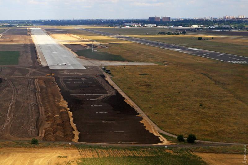Укладка новой взлетно-посадочной полосы одесского аэропорта завершена