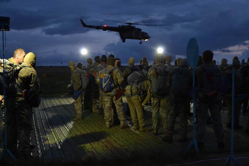 Разведчики провели ночное десантирование