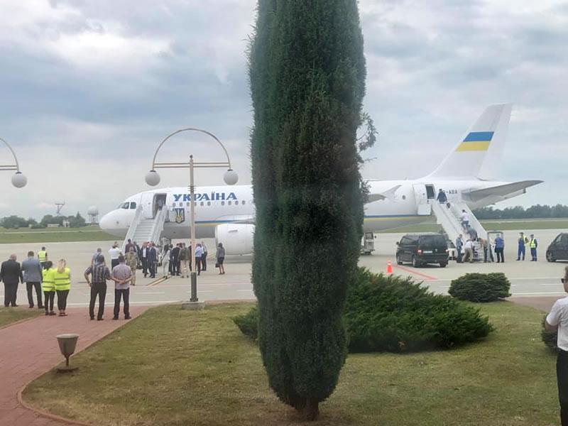 Борт Зеленского устроил неудобства в аэропорту Львова