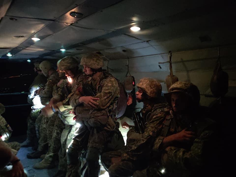 Десантники провели ночные прыжки с парашютом