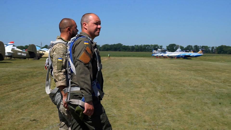 В Коротиче для участников боевых действий, инвалидов войны и волонтеров состоялись ознакомительные полеты и прыжки с парашютом
