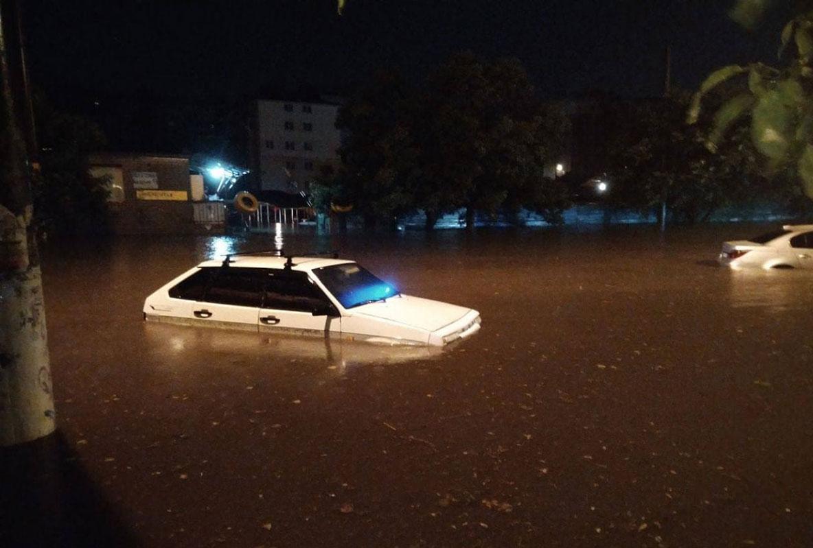 Ливень в Одессе: машины плавали, два самолета не смогли приземлиться