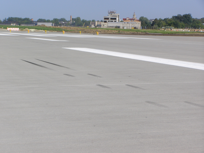 Во Львовском аэропорту обновлено 500 метров взлетно-посадочной полосы