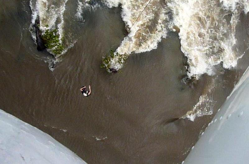 Военнослужащие из состава 56-го отдельного вертолетного отряда в Либерии спасли жизнь местному жителю