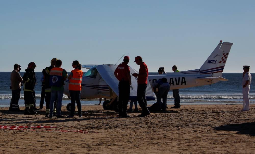 В Португалии легкомоторный самолет аварийно сел на пляж. Есть жертвы.