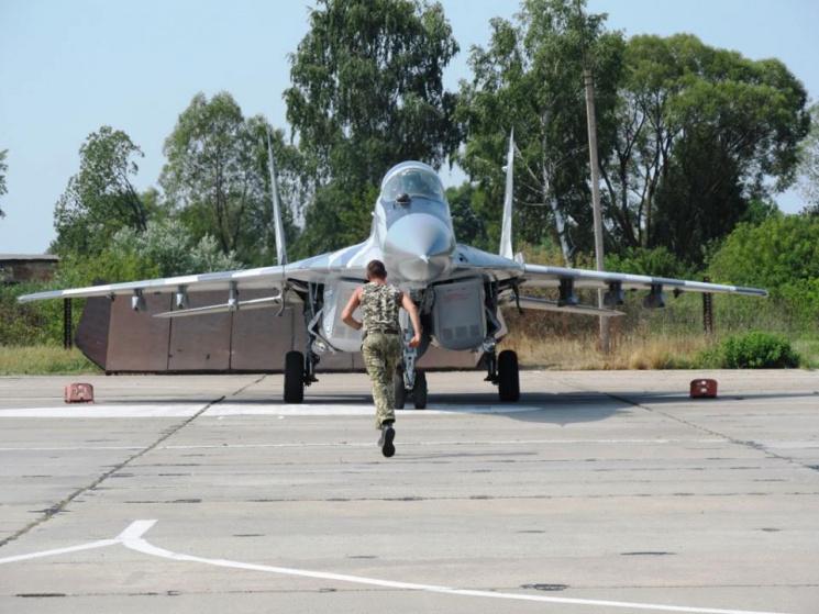 На Староконстантиновском аэродроме военная авиация ищет слабые места ПВО