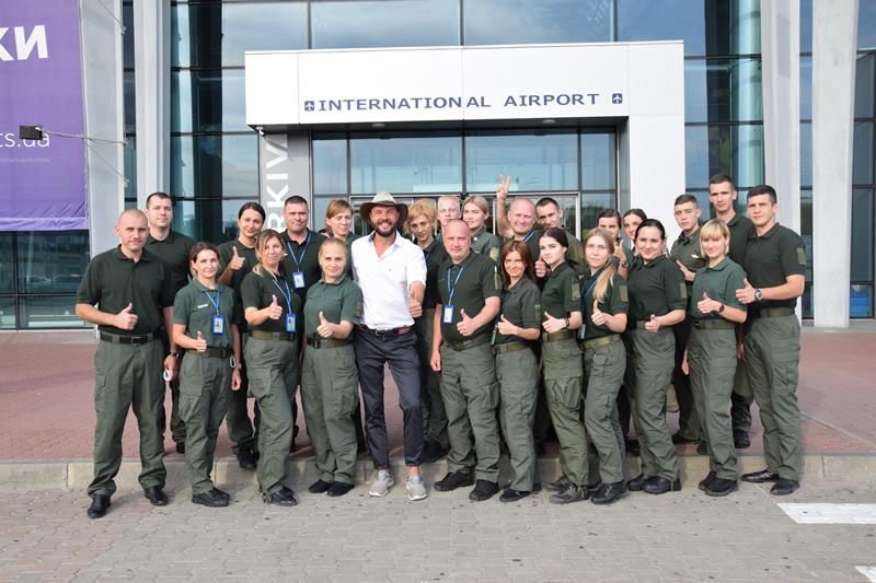 В аэропорту Харькова пограничники обсудили привлекательность Украины с путешественником Артемием Суриным