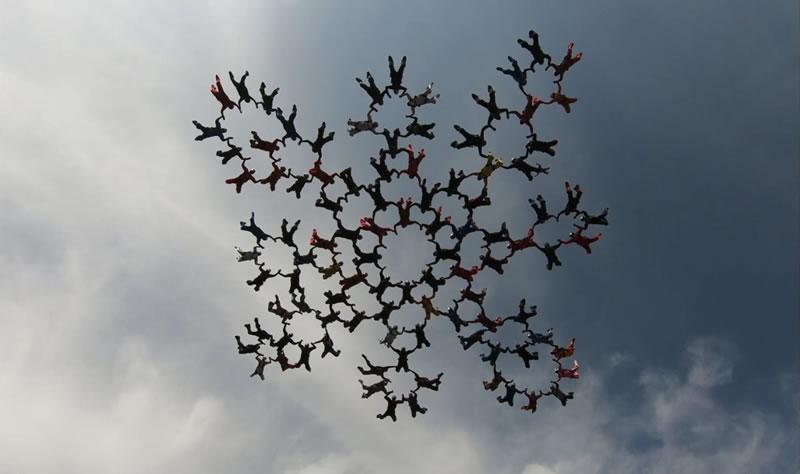 Впервые в Украине парашютисты со всего мира собрали и перестроили формацию 100-way