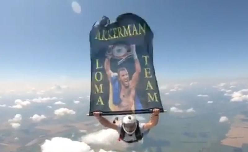 Украинские парашютисты в небе поддержали Ломаченко