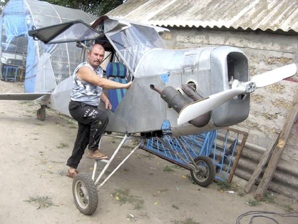 Житель Запорожской области собрал во дворе... самолет