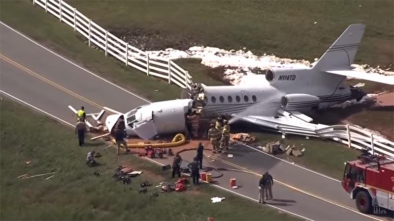 В США самолет при посадке распался на две части. Видео.
