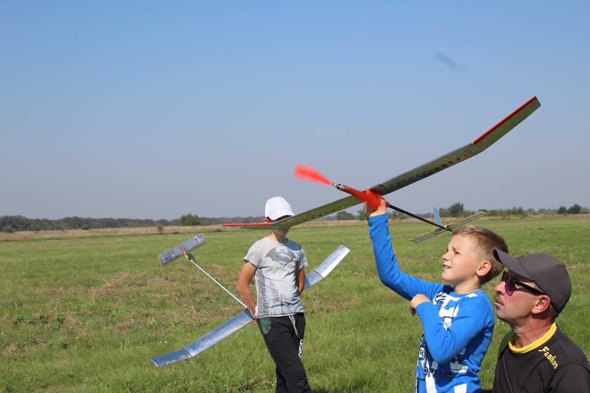 Запорожские школьники покоряют небо на фестивале авиамоделирования