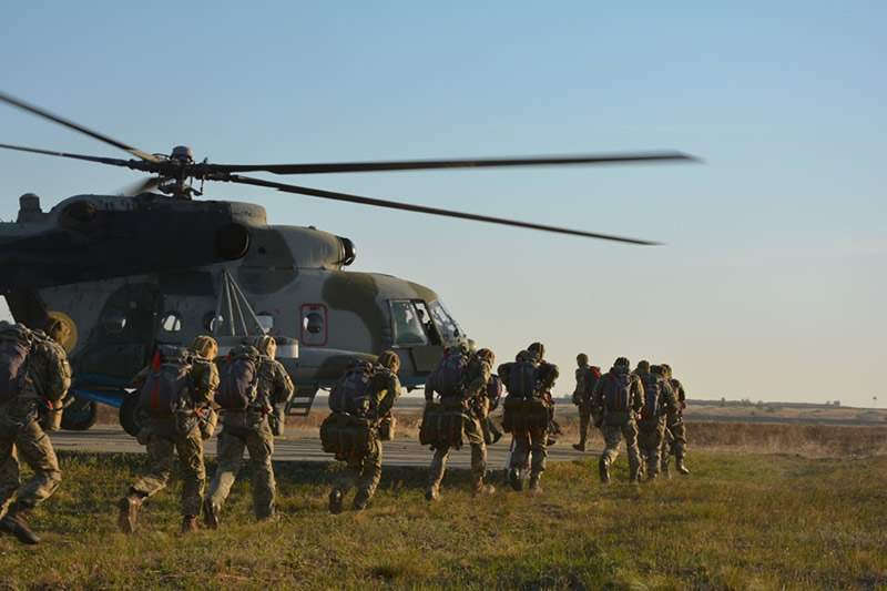 Десантники выполнили прыжки из Ми-8